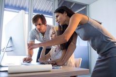 董事谈论在计算机在会议期间 免版税库存照片