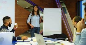 董事谈论在whiteboard在会议室4k 影视素材
