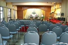 葬礼仪式的大厅内部  免版税库存图片