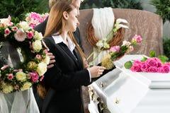 葬礼的哀悼的人与棺材 免版税库存照片