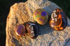葬礼的四个小被绘的岩石 免版税库存图片