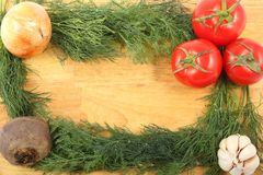 葱、大蒜、甜菜根、三个成熟新鲜的莳萝叶子的蕃茄和束在一个木切板的 免版税库存照片