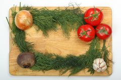 葱、大蒜、甜菜根、三个成熟新鲜的莳萝叶子的蕃茄和束在一个木切板的 图库摄影