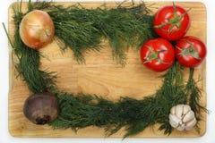 葱、大蒜、甜菜根、三个成熟新鲜的莳萝叶子的蕃茄和束在一个木切板的 库存照片