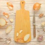 葱、大蒜和切板有刀子的 免版税图库摄影