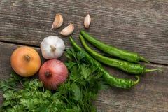 葱、玉米、大蒜、胡椒、香菜和荷兰芹在老求爱 免版税图库摄影