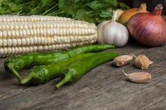 葱、玉米、大蒜、胡椒、香菜和荷兰芹在老求爱 免版税库存照片