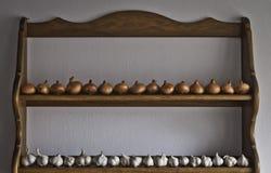 葱和大蒜在厨房里 免版税库存图片