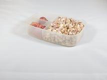 葱和大蒜在塑料盒 免版税库存照片