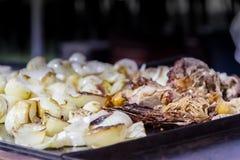 葱和小牛肉肉的准备墨西哥炸玉米饼的在街道自动贩卖机 免版税图库摄影