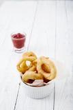 洋葱圈用番茄酱 免版税库存图片