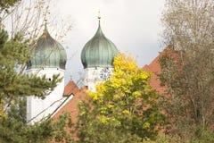 葱在秋天塑造了一个修道院的塔 库存照片