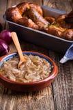 葱小汤,调味汁供食用香肠 免版税库存照片
