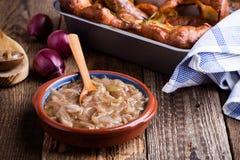 葱小汤,调味汁供食用香肠 免版税图库摄影
