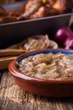 葱小汤,调味汁供食用香肠 库存图片