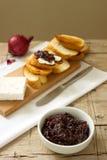 葱橘子果酱用面包和乳酪 库存照片