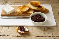 葱橘子果酱用面包和乳酪 库存图片
