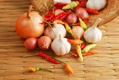 葱胡椒和大蒜在板台 库存图片