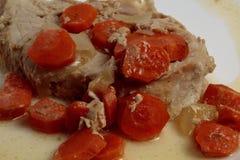 葱,红萝卜,猪肉在箔烘烤了 图库摄影