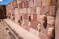 蒂亚瓦纳科Tiahuanaco文化-拉巴斯玻利维亚Kalasasaya寺庙被雕刻的石雄榫头  免版税库存照片