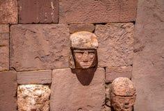 蒂亚瓦纳科Tiahuanaco文化-拉巴斯玻利维亚Kalasasaya寺庙被雕刻的石雄榫头  库存图片