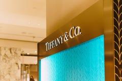 蒂凡尼在卖珠宝、中国、水晶、文具和个人附件的豪华商城的金银手饰店 免版税库存图片