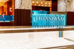蒂凡尼在卖珠宝、中国、水晶、文具和个人附件的豪华商城的金银手饰店 库存图片