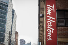 蒂姆・霍顿斯咖啡馆商标在街市多伦多,安大略,加拿大 免版税库存图片