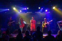 蒂娜・特纳歌曲由在阶段的小组唱歌 库存图片