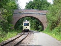 蒂安- 6月11 :在途中的老遗产路面电车电车轨道对Biesme sous蒂安 2017年6月拍的照片11日,蒂安,比利时 免版税库存照片