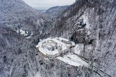 蒂斯马纳修道院在罗马尼亚的乡下在冬天期间从上面 免版税库存图片
