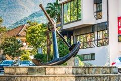 蒂瓦特,黑山- 2017年8月24日:在垫座的船锚 他称1000公斤和被生产差不多150年前 库存照片