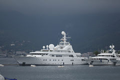 蒂瓦特,黑山- 6月16 :在蒂瓦特港的金黄冒险旅行游艇2014年6月16日的 免版税库存照片