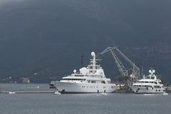 蒂瓦特,黑山- 6月16 :在蒂瓦特港的金黄冒险旅行游艇  图库摄影