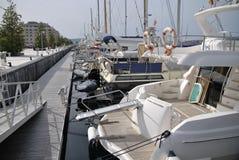 蒂瓦特 波尔图黑山 长的最近的晚上码头射击速度游艇 库存图片