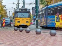 蒂米什瓦拉,罗马尼亚- 2016年10月15日在自由广场的葡萄酒电车轨道在蒂米什瓦拉,罗马尼亚 库存图片