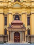 蒂米什瓦拉- 2016 10月15日,天主教主教制度的教会的门在蒂米什瓦拉,罗马尼亚 图库摄影