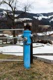 蒂罗尔州基希贝格,提洛尔/奥地利:2019年3月28日:蓝色消防龙头 免版税图库摄影