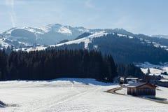 蒂罗尔州基希贝格,提洛尔/奥地利- 2019年3月24日:从阳台的看法Maierl阿尔姆河滑雪道的 库存照片
