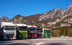 蒂罗尔,奥地利- 2017年10月14日:卡车在一个停车场停放了在阿尔卑斯 免版税库存照片