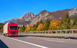 蒂罗尔,奥地利- 2017年10月14日:在一条高速山路的红色卡车 图库摄影