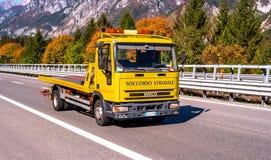 蒂罗尔,奥地利- 2017年10月14日:汽车急忙帮助的拖车 图库摄影