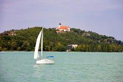 蒂豪尼修道院和一条风船在前面在巴拉顿湖垂悬的 免版税库存图片