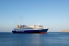 蒂洛斯岛,希腊- 9月1 :运送到达到小蒂洛斯岛海岛, 2014年9月01日的希腊 来到爱琴海Se的蒂洛斯岛海岛的大轮渡 免版税图库摄影