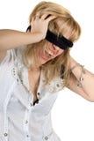 蒙住眼睛的呼喊的妇女年轻人 免版税库存图片