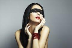 蒙住眼睛的方式纵向妇女年轻人 库存照片