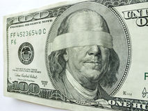 蒙住眼睛的本富兰克林一百元钞票说明经济不确定性 库存照片