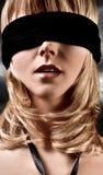 蒙住眼睛的白肤金发的特写镜头妇女 免版税图库摄影