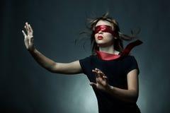 蒙住眼睛的纵向妇女年轻人 库存照片