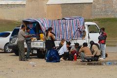 蒙古人民有在Erdene Zuu之外的野餐在Kharkhorin,蒙古 免版税库存照片